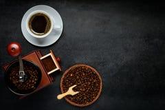 Φλιτζάνι του καφέ με το μύλο και φασόλια με το διάστημα αντιγράφων Στοκ Φωτογραφία