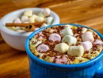 Φλιτζάνι του καφέ με marshmallows Στοκ εικόνα με δικαίωμα ελεύθερης χρήσης