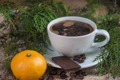 Φλιτζάνι του καφέ με tangerine και το χριστουγεννιάτικο δέντρο Στοκ φωτογραφίες με δικαίωμα ελεύθερης χρήσης
