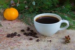 Φλιτζάνι του καφέ με tangerine και το χριστουγεννιάτικο δέντρο Στοκ Φωτογραφίες