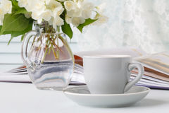 Φλιτζάνι του καφέ, λουλούδια και σημείωση Στοκ Φωτογραφία