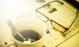 Φλιτζάνι του καφέ, περιοδικό και γυαλιά Στοκ Εικόνες