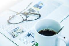 Φλιτζάνι του καφέ, περιοδικό και γυαλιά Στοκ φωτογραφίες με δικαίωμα ελεύθερης χρήσης