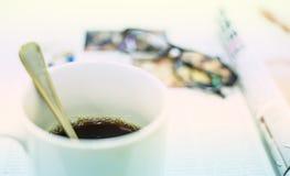 Φλιτζάνι του καφέ, περιοδικό και γυαλιά Στοκ Εικόνα