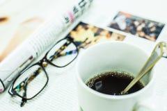 Φλιτζάνι του καφέ, περιοδικό και γυαλιά Στοκ φωτογραφία με δικαίωμα ελεύθερης χρήσης