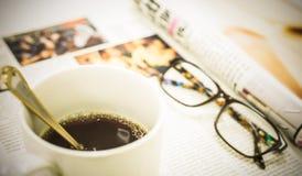 Φλιτζάνι του καφέ, περιοδικό και γυαλιά Στοκ εικόνες με δικαίωμα ελεύθερης χρήσης