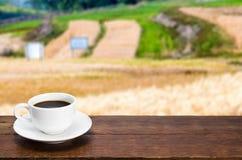Φλιτζάνι του καφέ σε έναν αγροτικό πίνακα Στοκ Φωτογραφίες
