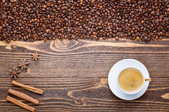 Φλιτζάνι του καφέ σε ένα ξύλινο υπόβαθρο με τα φασόλια καφέ Στοκ φωτογραφία με δικαίωμα ελεύθερης χρήσης