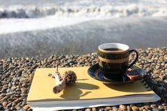 Φλιτζάνι του καφέ στην προκυμαία Στοκ εικόνα με δικαίωμα ελεύθερης χρήσης