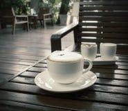 Φλιτζάνι του καφέ στον ξύλινο πίνακα στη καφετερία στοκ φωτογραφίες