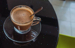 Φλιτζάνι του καφέ στον πίνακα στον καφέ Στοκ εικόνες με δικαίωμα ελεύθερης χρήσης
