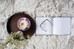 Φλιτζάνι του καφέ στο κρεβάτι Στοκ φωτογραφία με δικαίωμα ελεύθερης χρήσης