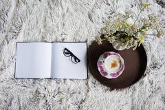 Φλιτζάνι του καφέ στο κρεβάτι Στοκ Εικόνα