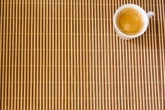 Φλιτζάνι του καφέ στο μπαμπού στοκ εικόνες
