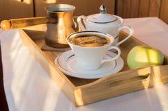 Φλιτζάνι του καφέ, Τούρκος, Apple στην ξύλινη κινηματογράφηση σε πρώτο πλάνο πιάτων Πρόγευμα, εκλεκτική εστίαση Στοκ Φωτογραφία