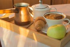 Φλιτζάνι του καφέ, Τούρκος, Apple στην ξύλινη κινηματογράφηση σε πρώτο πλάνο πιάτων Πρόγευμα, εκλεκτική εστίαση Στοκ φωτογραφία με δικαίωμα ελεύθερης χρήσης