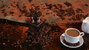 Φλιτζάνι του καφέ το φρέσκο γάλα που χύνεται με από το γαλατά στούντιο απόθεμα βίντεο