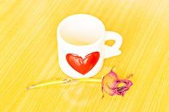 Φλιτζάνι του καφέ, τριαντάφυλλα και βιβλίο στον ξύλινο πίνακα στοκ φωτογραφίες με δικαίωμα ελεύθερης χρήσης