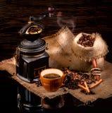 Φλιτζάνι του καφέ, φασόλια, χειρωνακτικός μύλος στο στιλπνό πίνακα απόλυσης Στοκ Φωτογραφίες