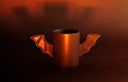 Φλιτζάνι του καφέ ως ρόπαλο για αποκριές στο μαύρο υπόβαθρο ανοικτό κόκκινο σκιά παιχνίδι Έννοια Στοκ Φωτογραφίες