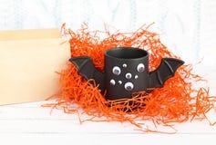 Φλιτζάνι του καφέ όπως ένα ρόπαλο με τα μάτια στο άσπρο υπόβαθρο αποκριών παιχνίδι Έννοια Στοκ εικόνα με δικαίωμα ελεύθερης χρήσης