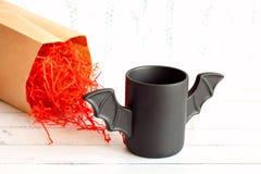 Φλιτζάνι του καφέ όπως ένα ρόπαλο στην κόκκινη συσκευασία εγγράφου για αποκριές Άσπρη ανασκόπηση παιχνίδι Έννοια Στοκ φωτογραφίες με δικαίωμα ελεύθερης χρήσης