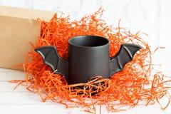 Φλιτζάνι του καφέ όπως ένα ρόπαλο στην κόκκινη συσκευασία εγγράφου για αποκριές Άσπρη ανασκόπηση παιχνίδι Έννοια Στοκ εικόνες με δικαίωμα ελεύθερης χρήσης