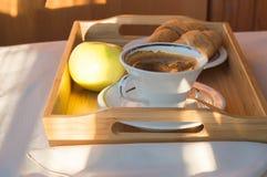 Φλιτζάνι του καφέ, Apple στην ξύλινη κινηματογράφηση σε πρώτο πλάνο πιάτων Πρόγευμα, εκλεκτική εστίαση Στοκ φωτογραφία με δικαίωμα ελεύθερης χρήσης