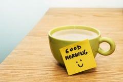 Φλιτζάνι του καφέ, post-it καλημέρα σημειώσεων και smiley Στοκ Φωτογραφία