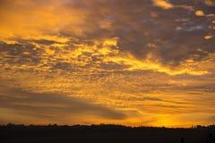 Φλογερά σύννεφα στο ηλιοβασίλεμα Στοκ εικόνα με δικαίωμα ελεύθερης χρήσης