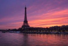 Φλογερή ανατολή στον πύργο του Άιφελ και τον ποταμό του Σηκουάνα, Παρίσι Στοκ φωτογραφία με δικαίωμα ελεύθερης χρήσης