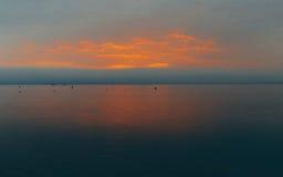 Φλογεροί καίγοντας ουρανοί σκηνικού Seascape της έννοιας ταξιδιών διακοπών αναψυχής Στοκ φωτογραφία με δικαίωμα ελεύθερης χρήσης