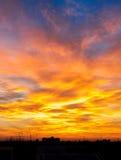 Φλογερός πορτοκαλής ουρανός ηλιοβασιλέματος Όμορφος ουρανός στοκ εικόνα με δικαίωμα ελεύθερης χρήσης