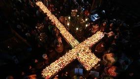 Φλογερός σταυρός με τα βάζα του μελιού Στοκ φωτογραφία με δικαίωμα ελεύθερης χρήσης