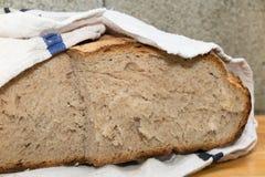 Φλοιώδης γαλλικός pain de campagne τύλιξε με μια άσπρη πετσέτα στοκ φωτογραφία με δικαίωμα ελεύθερης χρήσης