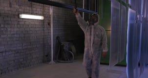 Φλούδα σκαφών ζωγραφικής εργαζομένων που χρησιμοποιεί airbrush το μαύρο χρώμα Επιφάνεια μετάλλων που τελειώνει: επαγγελματικές γυ απόθεμα βίντεο