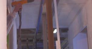 Φλούδα σκαφών ζωγραφικής εργαζομένων που χρησιμοποιεί airbrush το μαύρο χρώμα Ένας υπάλληλος με λεπτομέρειες ενός ειδικές μορφής  φιλμ μικρού μήκους
