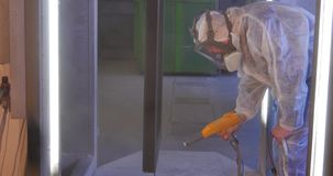 Φλούδα σκαφών ζωγραφικής εργαζομένων που χρησιμοποιεί airbrush το μαύρο χρώμα Ένας υπάλληλος με λεπτομέρειες ενός ειδικές μορφής  απόθεμα βίντεο