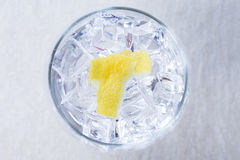 Φλούδες λεμονιών σε ένα τονωτικό γυαλί τζιν Στοκ Εικόνα