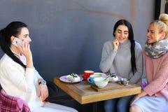 Φλυαρία τριών νέα θαυμάσια φίλων κοριτσιών, κουτσομπολιό, sha Στοκ Φωτογραφία