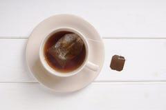 Φλυτζάνα τσαγιού με μαύρο teabag τσαγιού στοκ φωτογραφίες με δικαίωμα ελεύθερης χρήσης