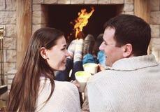 Φλυτζάνια εκμετάλλευσης ζεύγους με την καυτή σοκολάτα με marshmallows Στοκ Φωτογραφίες