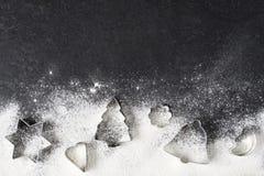 Φλυτζάνια και αλεύρι ψησίματος στον πίνακα Στοκ εικόνα με δικαίωμα ελεύθερης χρήσης