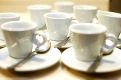 Φλυτζάνια και πιατάκια καφέ σε ένα γεγονός στοκ φωτογραφίες