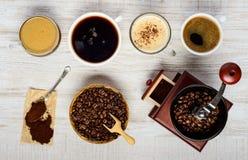 Φλυτζάνια καφέ με τα φασόλια, το μύλο και το έδαφος Στοκ φωτογραφία με δικαίωμα ελεύθερης χρήσης