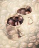 Φλυτζάνια καφέ πέρα από τα σκοτεινά οξυδωμένα φασόλια καφέ Στοκ φωτογραφία με δικαίωμα ελεύθερης χρήσης