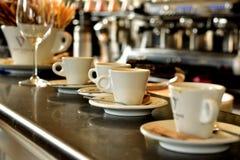 Φλυτζάνια καφέ Espresso σε έναν μετρητή φραγμών Στοκ Εικόνες