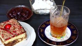 Φλυτζάνια του τσαγιού και των ασιατικών γλυκών στον πίνακα φιλμ μικρού μήκους