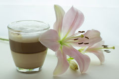 Φλυτζάνι βαλμένου σε στρώσεις του άρωμα latte καφέ Στοκ Εικόνες