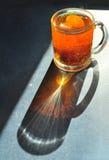 Φλυτζάνι γυαλιών με το μαύρο τσάι, τοπ άποψη Σχέδιο της διάθλασης Στοκ Φωτογραφία